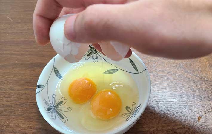 卵を片手で割れない! 簡単に割るコツは握りつぶすこと? 動画で片手割りを実践