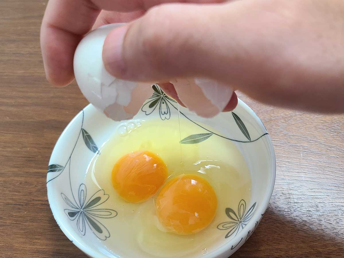 卵を片手で割るメリットって何 割るコツは叩く場所と親指の使い方 動画で見ると…