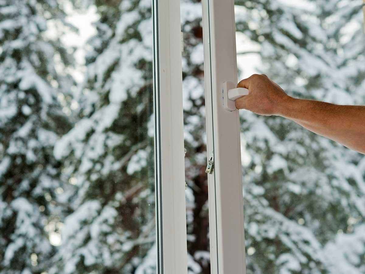 エアコンをつけて換気は正解? 電気代を抑えて室温も下げにくくする暖房の使い方