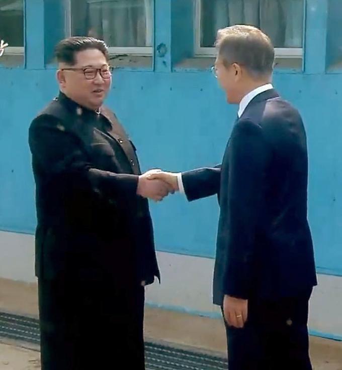 文在寅 大統領 金正恩 朝鮮労働党委員長 握手 南北首脳会談 軍事境界線
