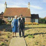 自宅前で写真を撮り続けた老夫婦 最後の一枚に涙が止まらない…