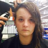 いじめで髪に接着剤をかけられた少女 世界中の被害者のため、立ち上がる