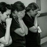 残酷すぎる夜 3人の看護師が涙を流す一枚の写真